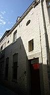 foto van Huis met eenvoudige lijstgevel, voorzien van een ingang in hardsteen en segmentboogvensters.