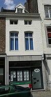 foto van Huis met lijstgevel, met lateiboogvensters in Naamse steen.