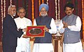 Manmohan Singh being felicitated by the Vice Chancellor of Mumbai University, Dr. Vijay Khole at the closing ceremony of Sesquicentennial Celebrations of Mumbai University, at Mumbai, Maharashtra on June 22, 2007.jpg
