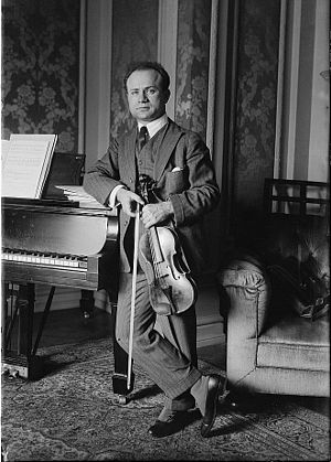 Mischa Elman - Image: Mischa Elman with violin in 1916