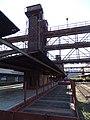 Nákladové nádraží Žižkov, nástupiště a výtahové věže.jpg