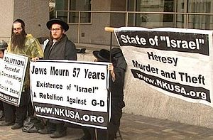 English: Neturei Karta members protest AIPAC c...