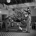 Nederlandse militairen tuigen een kerstboom op, Bestanddeelnr 255-9419.jpg