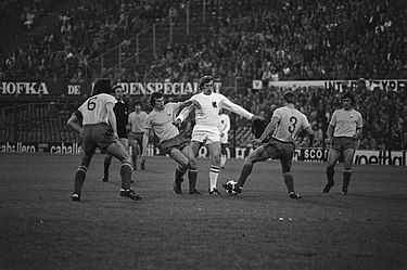 Romania and Holland playing out a 0-0 draw at the De Kuip (1974) Oefenwedstrijd WK voetbal, Nederland tegen Roemenie 0-0 Piet Keizer in actie, Bestanddeelnr 927-2330.jpg