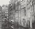 Oudezijds Achterburgwal hoek Oudezijds Voorburgwal, rechts achterzijde huizen Zeedijk.jpg