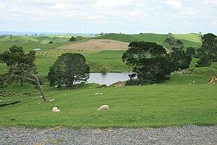 La location di Matamata, in Nuova Zelanda, servita come sfondo per le sequenze di Hobbiville e della Contea nel film di Peter Jackson Il Signore degli Anelli