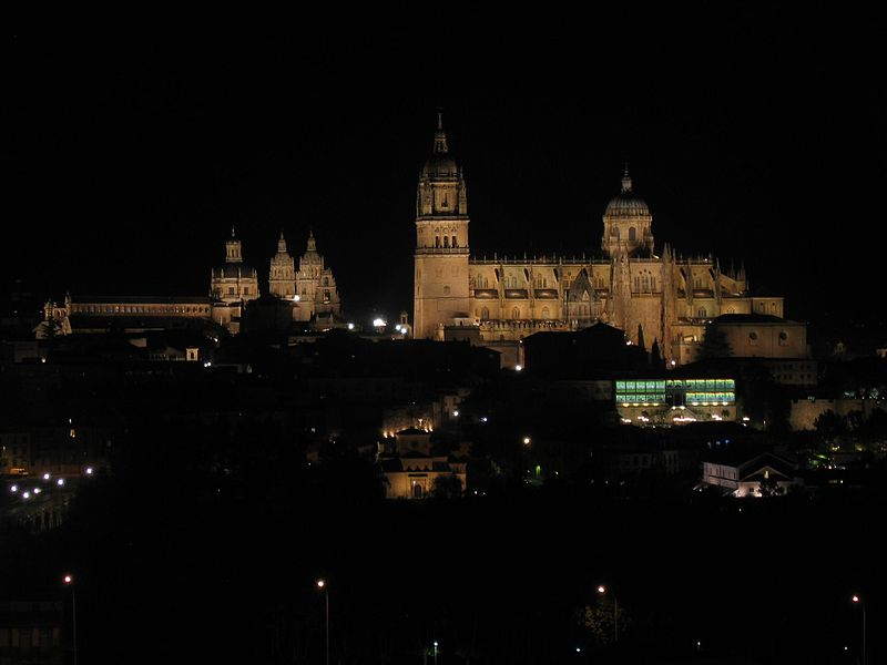 Datei:Parador Salamanca nächtlicher Blick auf die Stadt.jpg