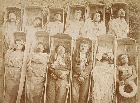 Corps de combattants de la Commune de Paris disposés dans des cercueils. Photographie d'Eugène Disderi.