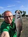 Peter van der Sluijs maakte een selfie van zijn grote zeebaars.jpg