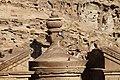 Petra-El Deir-Klostergrab-20-Urne-Kletterer-2010-gje.jpg