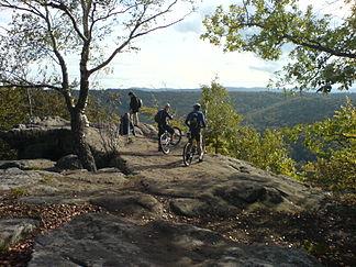 Radwanderer auf dem Gipfelplateau