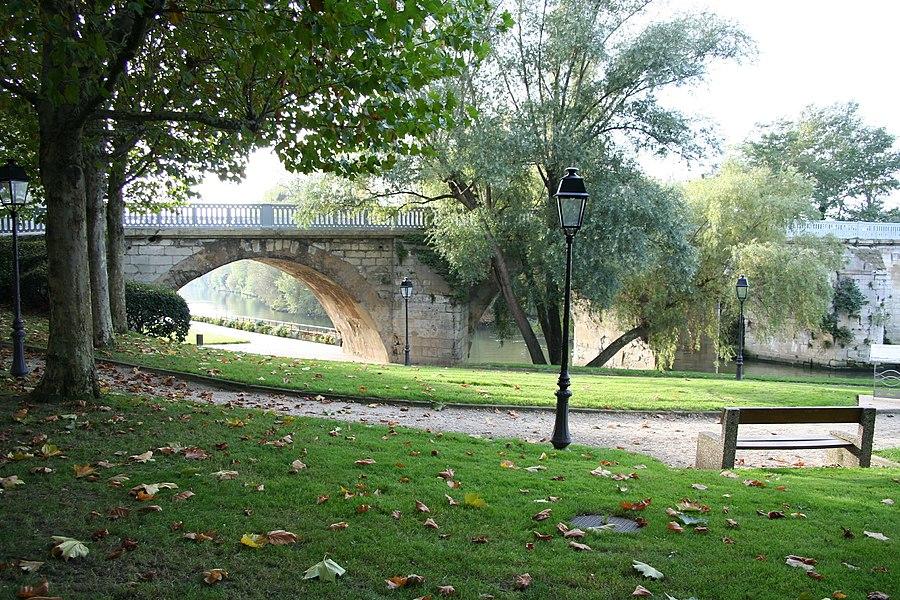 Ancien pont de Poissy vu depuis la berge de Poissy côté amont.
