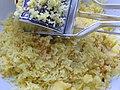 Przygotowywanie ziemnieków do ugniecenia ciasta na kluski śląskie.jpg
