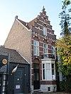 foto van Herenhuis in een gesloten straatwand aan de westzijde van de kapellerlaan