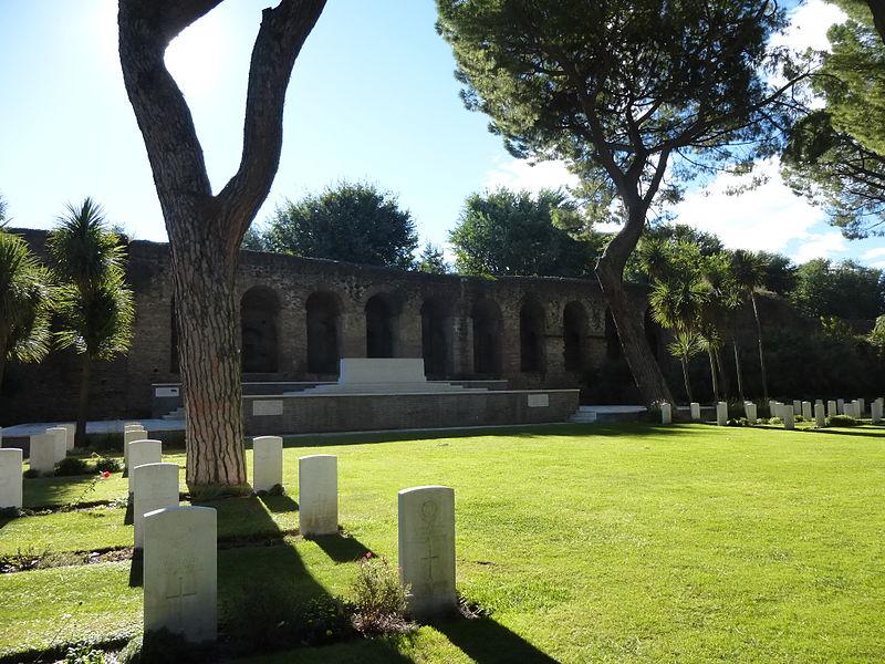 Rome War Cemetery - prato, mura e altare P1060052.JPG