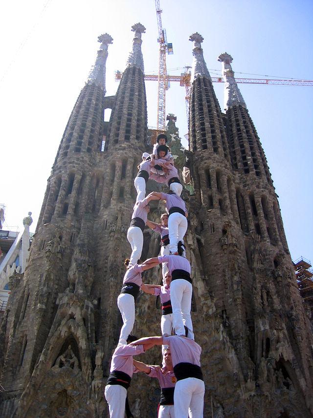 Castellers frente a la Sagrada Familia