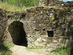 Arco junto al muro septentrional con ventana al anexo de la cocina.