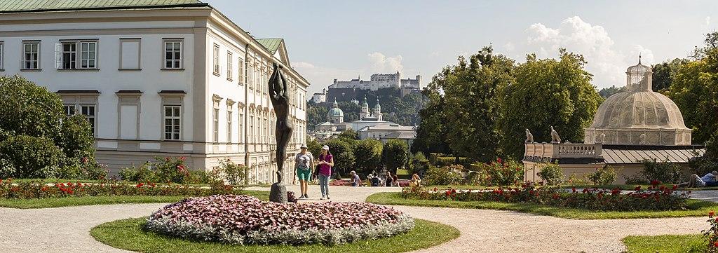Salzburg: Blick vom Mirabellgarten auf die Altstadt und Festung Hohensalzburg (UNESCO-Welterbe in Österreich - Historisches Zentrum der Stadt Salzburg)