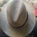 Schilling Kolos - feher Fedora kalap.jpg