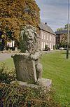 stenen tuinornament, leeuw met wapen met bijgebouw op de achtergrond - nieuwkuijk - 20333286 - rce