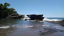 Tanah Lot; Bali'nin en büyük tapınaklarından biri.