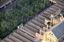 Tejado y patio de los naranjos de la Mezquita de Córdoba (España).jpg