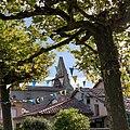 Thil - Clocher depuis la place des platanes rue du château.jpg