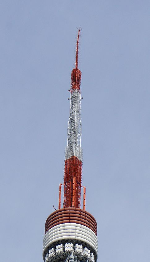 The antenna on top of Tokyo Tower was slightly bent by the earthquake. Image: Morio.