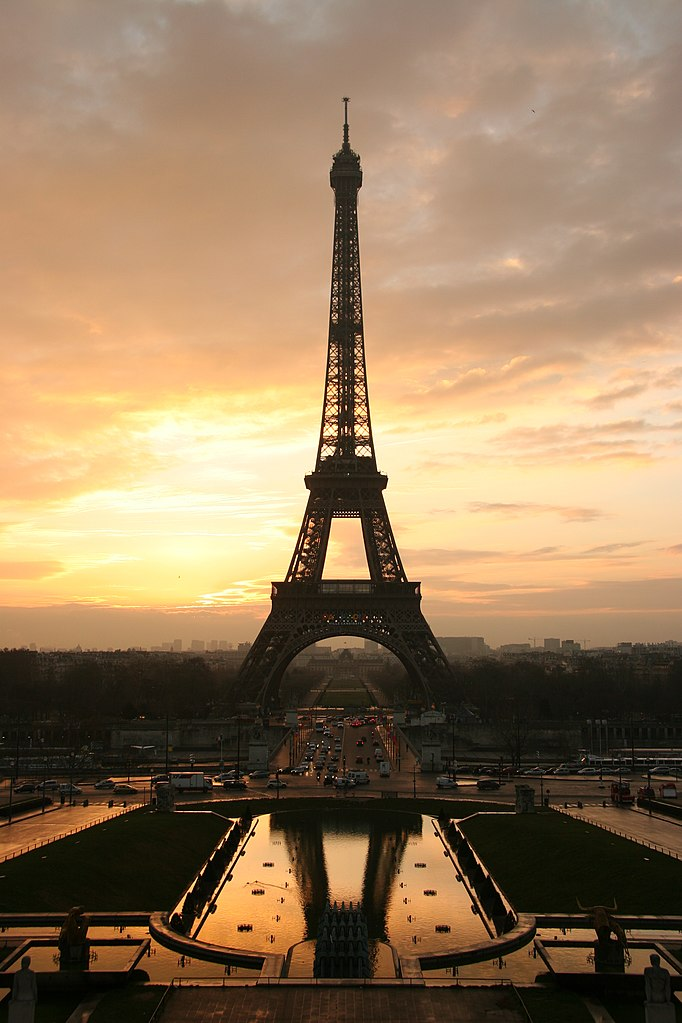 Menara Eiffel adalah monumen berbayar yang paling banyak dikunjungi di dunia, ikon Paris dan Prancis.