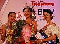 Á hậu 2 Nguyễn Thụy Vân, Hoa hậu Trần Thị Thùy Dung và Á hậu 1 Phan Hoàng Minh Thư (từ phải qua trái)