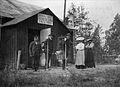 Tre män och två kvinnor utanför Svenska Tursitföreningens stuga - Nordiska Museet - NMA.0041448.jpg