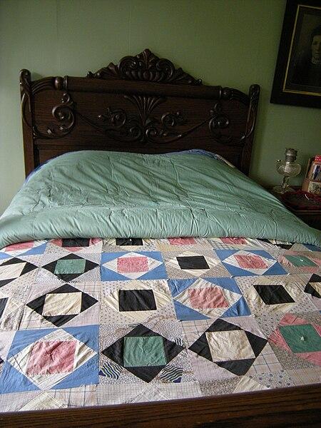 File:Tukwila - Nelsen Family Residence quilts 01.jpg