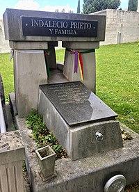 Tumba de Indalecio Prieto en el cementerio de Derio junto a Bilbao.jpeg