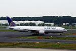 United Airlines Boeing 777-222 (N215UA-30221-297) (20400933319).jpg
