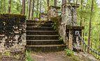 Verweerde- met mos bedekte stenen trap. Locatie, Kerk van San Rocco met daaromheen de militaire begraafplaats in Peio Paese 02.jpg