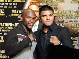 English: Floyd Mayweather and Victor Ortiz dur...