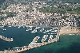Vue Aerienne Du Port Et Quartier De La Marine Au Fond Vieille Ville A Cambrils