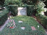 Waldfriedhofdahlelm ehrengrab Benn, Gottfried.jpg