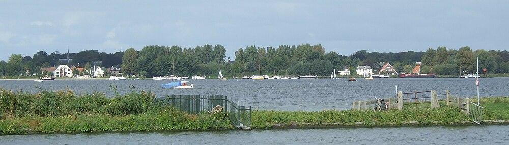 Zicht op Warmond. Van voor naar achter: de Zijl, de landstrook Tengnagel, de Kager plas 't Joppe en Warmond.