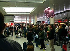 People waiting for arriving passengers at MUC ...