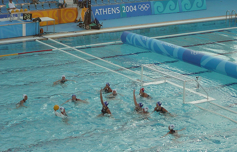 File waterpolo man wikimedia commons for Piscina waterpolo