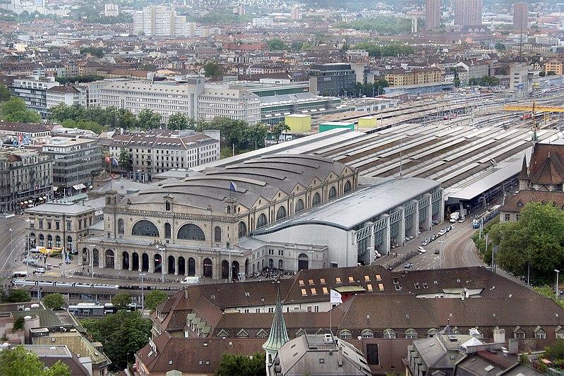 Heutiger Hauptbahnhof mit allen Anbauten, dahinter die Sihlpost