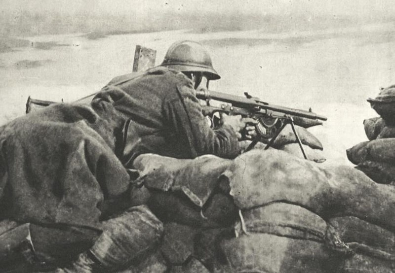 Fájl:Belgian machinegunner in 1918 guarding trench.jpg