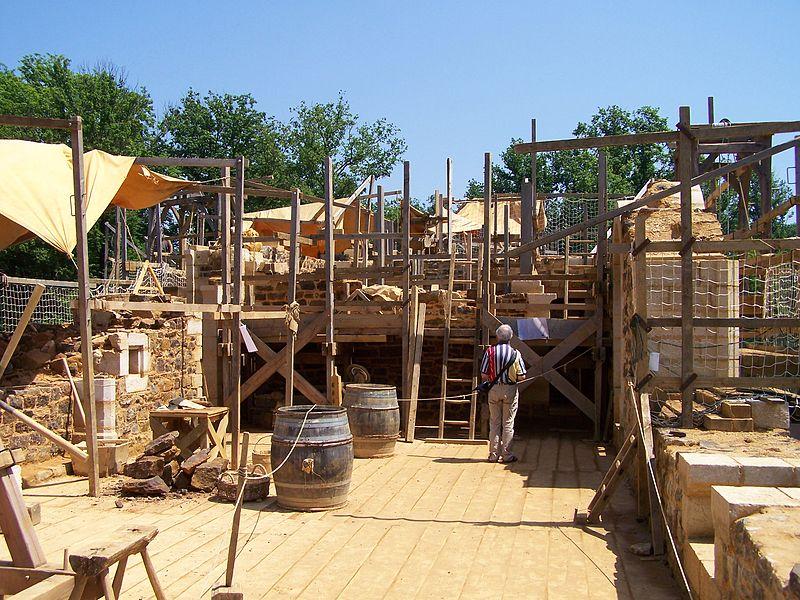 Chantier médiéval du château de Guédelon en juin 2008 (Treigny, Yonne, Bourgogne, France): travaux à l'étage du logis du Seigneur