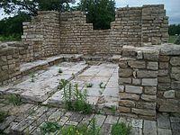 Здание с водоемом, XIV в. руины.JPG