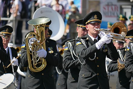 The band for the National Guard of Ukraine perform during the Independence Day of Ukraine in 2018. U Kiievi na Khreshchatiku proishov viis'kovii parad z nagodi 27-yi richnitsi Nezalezhnosti Ukrayini (30453376108).jpg