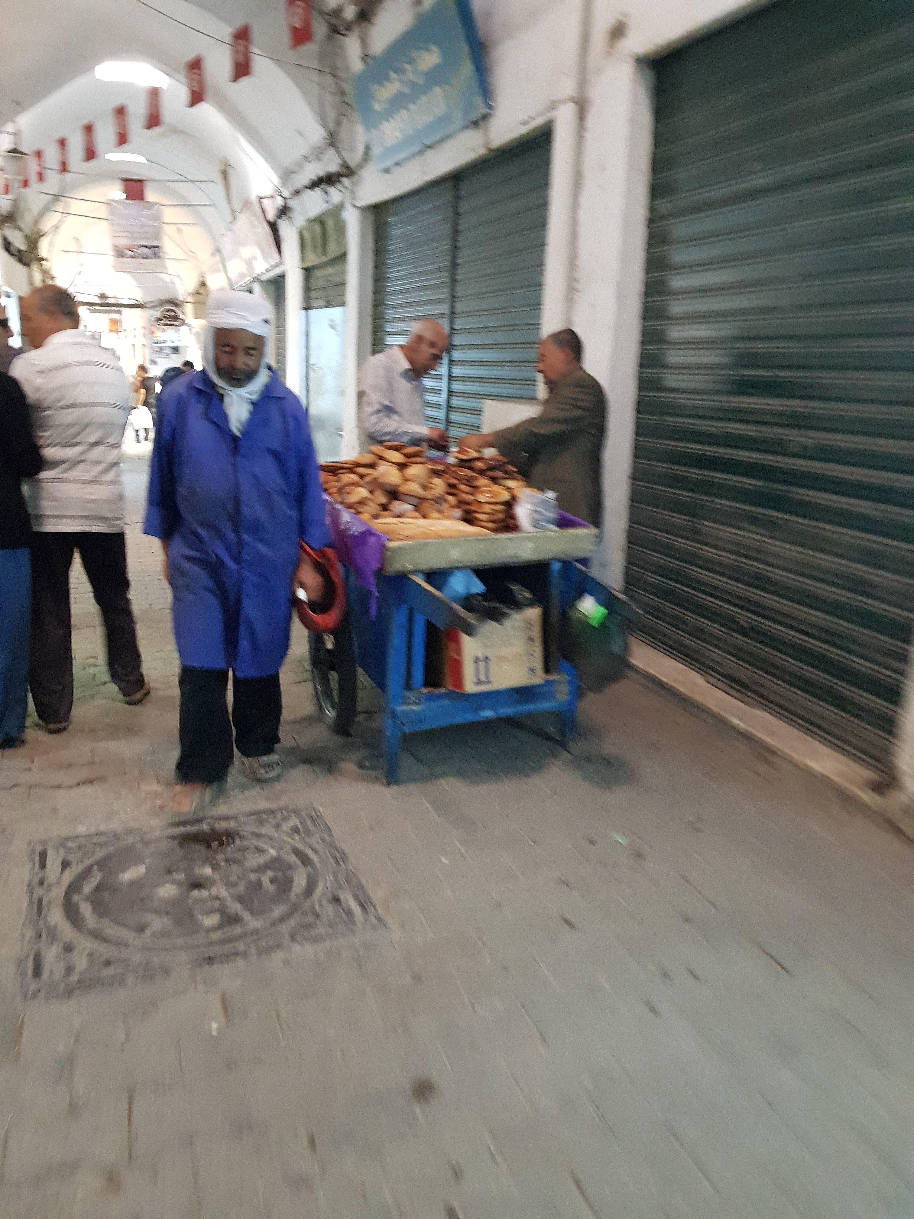 بائع خضار متجول في بلدة سقبا بريف دمشق