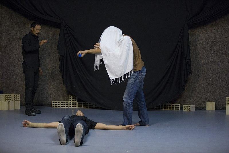 File:نمایش هملت در قم به کارگردانی علی علوی و گروه تئاتر گاراژ به روی صحنه رفت hamlet Garage Theater qom 13.jpg
