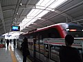 一列即将停泊于尚双塘站的地铁列车.jpg