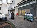 2021-01-04 Andreaeplatz Hannover, Obdachlose mit Geschiebe.jpg